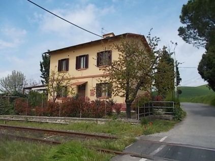 la-casa-dei-papaveri-sul-binario-del-treno