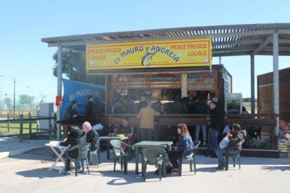 banco e barce del pesce fritto di mauro e andreia di castiglion della pescaia (2)