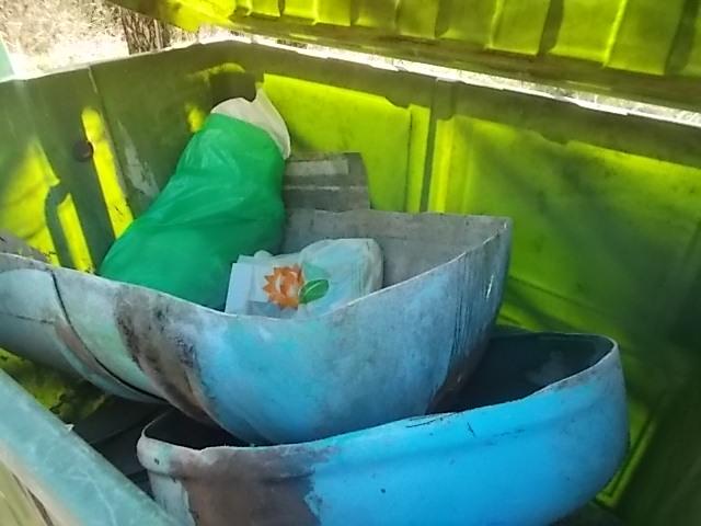 Cavarchione sulla via per Vertine: l'abbandono di materiale per piscina nella piazzola dei ...