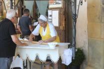 la signora che tira la pasta sotto i portici di arezzo (3)