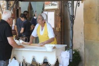 la signora che tira la pasta sotto i portici di arezzo (4)