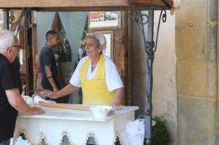 la signora che tira la pasta sotto i portici di arezzo (5)