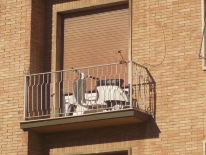 siena, la vespa nel terrazzo (1)