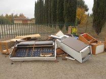 arredamenti della berardenga, rifiuti abbandonati davanti la sede della racchetta (1)