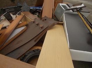 arredamenti della berardenga, rifiuti abbandonati davanti la sede della racchetta (10)