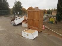 arredamenti della berardenga, rifiuti abbandonati davanti la sede della racchetta (12)