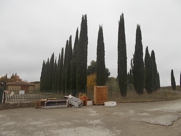arredamenti della berardenga, rifiuti abbandonati davanti la sede della racchetta (15)