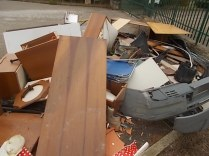 arredamenti della berardenga, rifiuti abbandonati davanti la sede della racchetta (3)