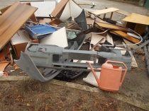 arredamenti della berardenga, rifiuti abbandonati davanti la sede della racchetta (4)