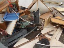 arredamenti della berardenga, rifiuti abbandonati davanti la sede della racchetta (5)
