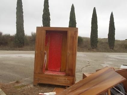 arredamenti della berardenga, rifiuti abbandonati davanti la sede della racchetta (7)