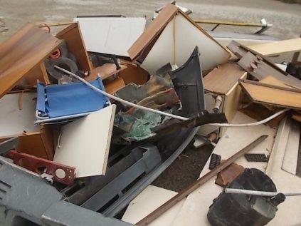 arredamenti della berardenga, rifiuti abbandonati davanti la sede della racchetta (8)