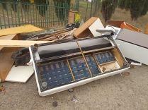 arredamenti della berardenga, rifiuti abbandonati davanti la sede della racchetta (9)