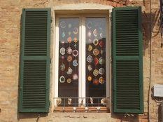 siena la finestra con i centrini all'uncinetto (1)