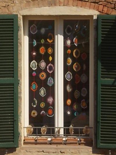 siena la finestra con i centrini all'uncinetto (12)