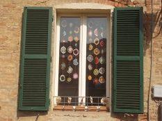 siena la finestra con i centrini all'uncinetto (2)