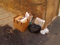 siena-spazzatura-per-le-vie-del-centro-ore-10-12