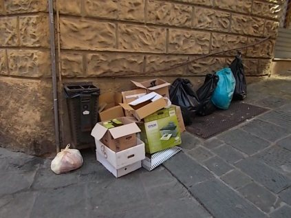 siena-spazzatura-per-le-vie-del-centro-ore-10-15