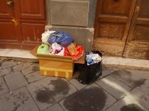 siena-spazzatura-per-le-vie-del-centro-ore-10-21