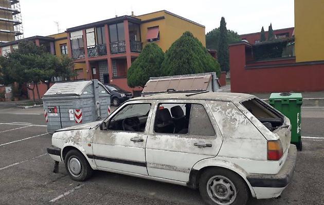 butta l'auto nel cassonetto - foto da corriere di arezzo