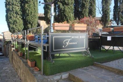 franci wine bar montalcino, erba di plastica (1)
