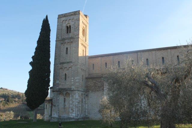 il cipresso e l'abbazia di sant'antimo