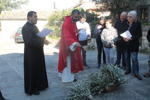 don-hector-e-don-camilo-benedizione-olivo-vertine