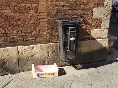 cassetta arance abbandonata in piazza duomo (1)