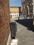 cassetta arance abbandonata in piazza duomo (2)