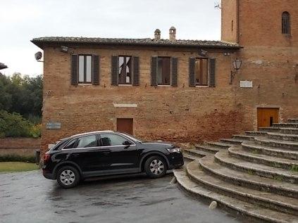 siena basilica dei servi auto sugli scalini (5)