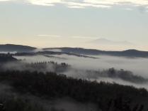 nebbia castello di meleto e sfondo dell'amiata (1)