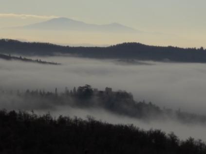 nebbia castello di meleto e sfondo dell'amiata (2)