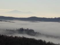 nebbia castello di meleto e sfondo dell'amiata (3)