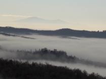nebbia castello di meleto e sfondo dell'amiata (4)