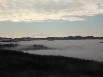 nebbia castello di meleto e sfondo dell'amiata (5)