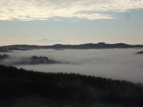 nebbia castello di meleto e sfondo dell'amiata (6)