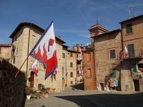 berardenga dietro la bandiera la torre della campana