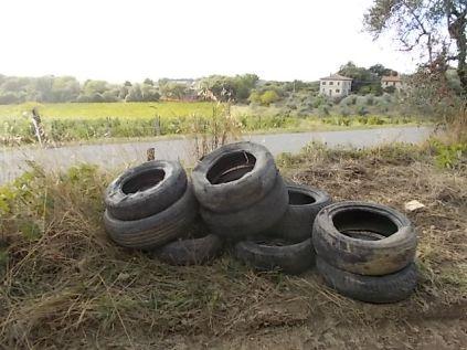 gomme auto abbandonate villa a sest (1)