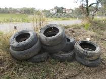 gomme auto abbandonate villa a sest (5)