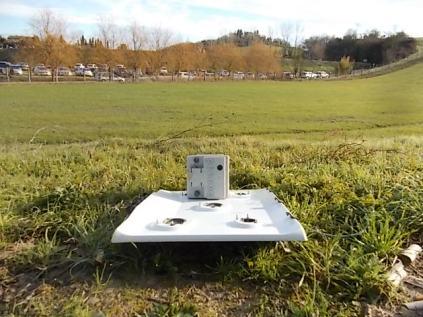 acqua borra batteria e piano cottura abbandonati nell'erba (1)