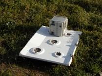 acqua borra batteria e piano cottura abbandonati nell'erba (3)