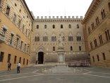 piazza sansedono sede monte dei paschi di siena (2)
