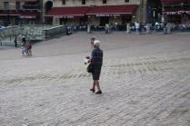 signora che getta pane bagnato ai piccioni piazza del campo (2)