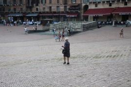 signora che getta pane bagnato ai piccioni piazza del campo (4)