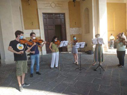 studenti istuto franci protesta musicale foto da il cittadino on line