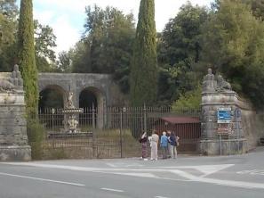 turisti-tedeschi-al-cancello-chiuso-di-villa-chigi-saracini