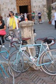 eroica 2021 ciclisti broccioni in piazza del campo (1)