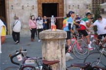 eroica 2021 ciclisti broccioni in piazza del campo (2)